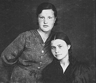 С подругой (мама справа). Довоенное фото.