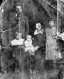 Семья инженера в городе Москва (мама крайняя справа - нянька в 10 лет)