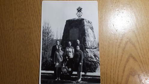 Литва. Братская могила где захоронен Фёдоров С.И. Слева его сын с женой и внучка. Справа его дочь с мужем.