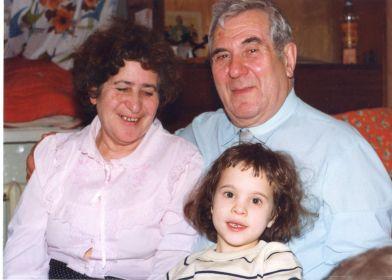 Федор Бецис с женой Марией и внучкой Дашей, 1996