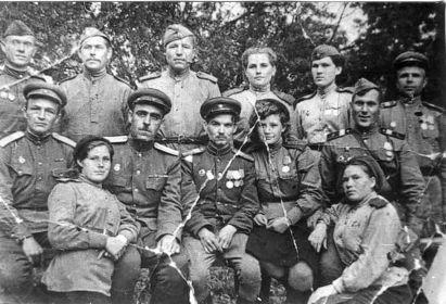 С боевыми товарищами. Федор Бецис в среднем ряду, первый справа. 1944