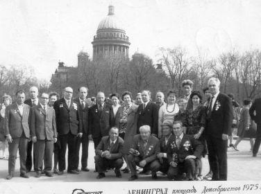 Встреча с однополчанами в Ленинграде, 1975. Федор Бецис - на корточках 1-й справа, над ним жена Мария
