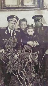 Слева Константин Павлович, справа брат Александр Павлович с женой Екатериной и дочерью Таней