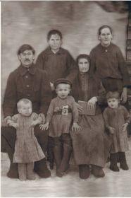 отец  Шерстюк Иван Яковлевич. мама Шерстюк Наталья Силовна и их дети Соня и Миша.
