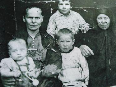 Семья Томшина Ивана Петровича, 1935 год. Слева на фото жена  - Томшина Анна Ивановна,  справа мать - Томшина Павла Ивановна с детьми.