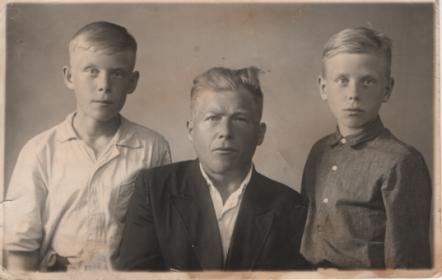 Демидов А.С. с сыновьями Сергеем и Константином.