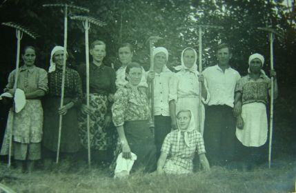 Слева стоит жена Демидова Любовь Кузминична