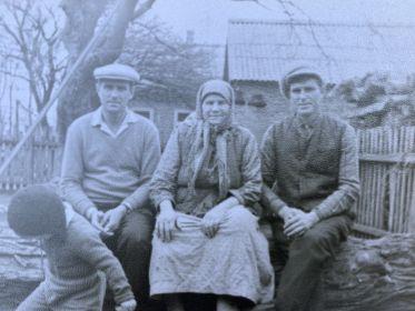 Жена Феврония, слева сын Василий, справа сын Владимир и маленький Славик (сын Владимира)