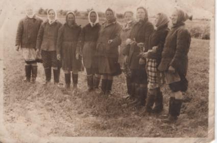 Четвертая справа дочь Римма Михайловна Кочубеева(Демидова)