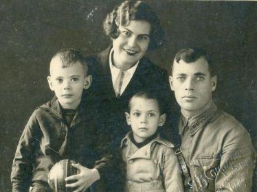 Фото семьи Ароян перед уходом гранта на фронт.