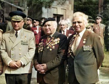 Мурадян Вартан Симонович посередине с ветеранами ВОВ - 09.05.1983 г.