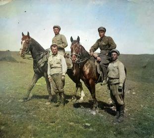 На правом коне сидит Мурадян Вартан Симонович - 1934 г.