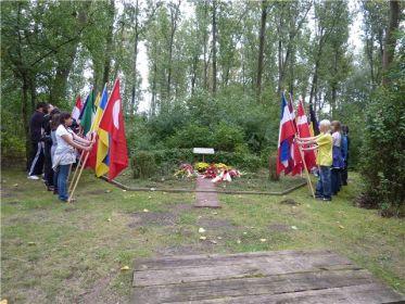 Памятная доска на месте бывшего лагеря