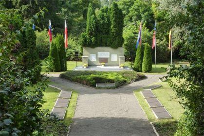 Памятник жертвам фашизма на месте захоронения