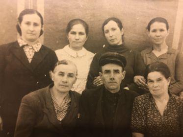 Андрей Фролович с женой и, возможно, Марией Артёмовной Щербина и её дочерьми.