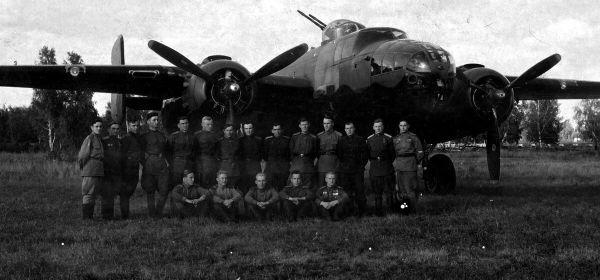 Перегоночные экипажи трассы Алсиб на фоне Б-25 Митчелл