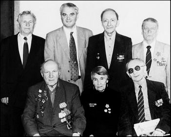 Шеф-повара «ЛР» 80-х – главный редактор Юрий Грибов (крайний справа в нижнем ряду) и ответственный секретарь Наум Лейкин (стоит, 3-й слева) (Фото: май 2005)