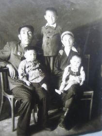 старое фото: Исин Байтен, супруга Мария, старший сын Хасен, дочь Роза, сын Мейрам.