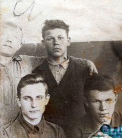 Финогенов В.М. г. Молога 10 класс. 1939г. (в центре)