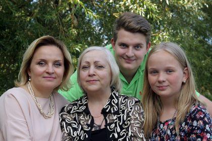Дочь,внучка и правнуки. Мы тебя очень любим.