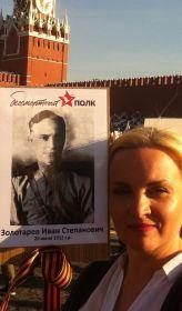 В День Победы по Москве, несет тебя на себе Марина - твоя внучка.
