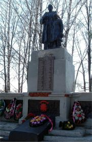 Памятник на братской могиле (Школа №7, Шебекино, Белгородская обл.). Фото Андрей Тащеев