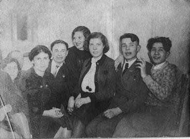 Справа - предположительно братья Айзик и Давид Басины, крайняя слева - сестра Мария Басина