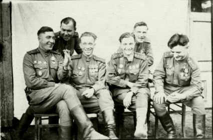 На стуле второй слева, левее- командир 18 ОГМЦБ Коц Д.П., первый справа- Герой Советского Союза Тиньков Н.С.