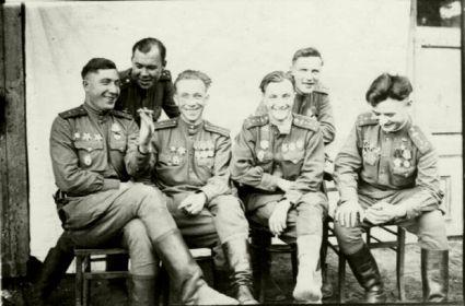 Первый слева, первый справа- Герой Советского Союза Тиньков Н.С., левее силит командир 18 ОгвМЦБ Коц Д.П.