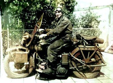 Мотоциклист 18 ОГМЦБ Карбовниченко Михаил Иванович на мотоцикле Harley-Davidson WLA 42