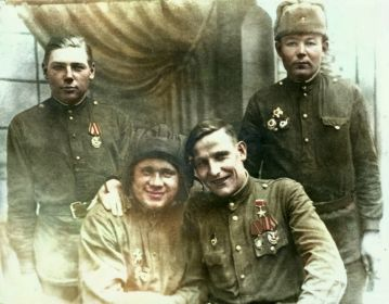 Экипаж танка Т-34 18 ОГМЦБ сидя справа-налево - Герой Советского Союза Басков М.Н.иколаевич, Жигалов А.У.