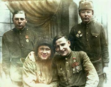 Экипаж танка Т-34 18 ОГМЦБ справа-налево: Поскочинов Иван Прохорович, Герой Советского Союза Басков М.Н., Жигалов А.У., неизвестен