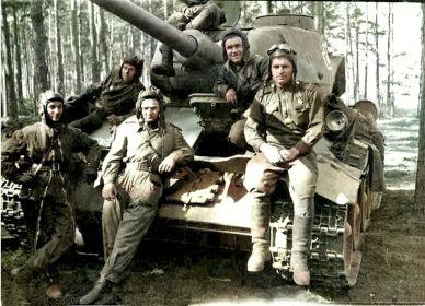 Первый слева- Коц Д.П. командир взвода Т-34 Круглов Г.И.- первый справа, второй- командир танка Шаронов А.П.