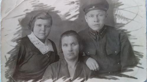 Дедушка с бабушкой и ее мамой