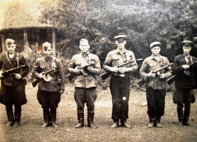 1944г. Финогенов В.М. (второй справа)