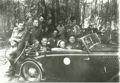 Весна 1945г. На заднем сидении на переднем плане- Погорелов А.В., за ним Кавкин П.И., справа от него- Герой Советского Союза Тиньков Н.С.