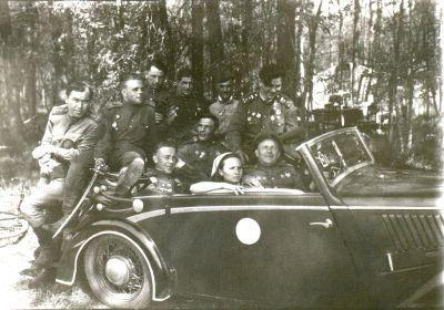 Среди офицеров 18 ОГМЦБ. За рулем-комбат Коц Д.П., левее- Гонцов Я.Е., позади- Кавкин П.И. и Погорелоа А.В., стоят слева Абрамчук Д.Ф., мл.лейтенант, Сребняк И.Г., Круглов Г.И., сержант, Герой Советского Союза Тиньков Н.С.