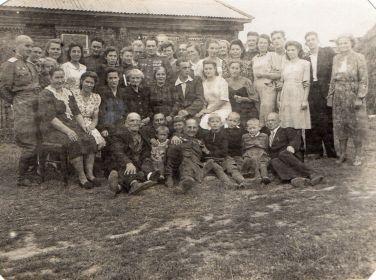 Свадьда моей бабушки, двоюродной сестры Веры Михайловны. Вера Михайловна в центре фотографии рядом с мужем. Московская область, Щербинка лето 1946 года