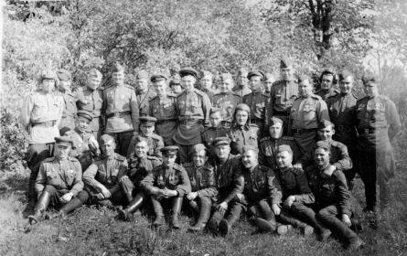 Борисов Н.И.- второй справа в нижнем ряду, левее- Герой Советского Союза Басков М.Н. четвертый слева- командир батальона Коц Д.П., за ним Герой Советского Союза Тиньков Н.С.
