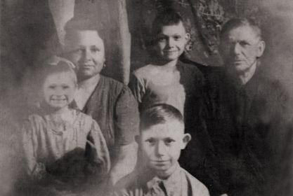 Иосиф Григорьевич с супругой Екатериной Александровной и детьми: Вера, Валентин и Виктор. Фото 1961 года.
