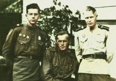 Слева-направо: Сыркин Л.Н., мехвод танка №202 Чернышов Андрей Федорович, радист Гладков Сергей Иванович