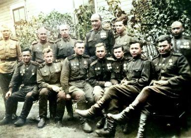 Бойцы и командиры роты управления. Сыркин Л.Н. в верхнем ряду второй справа.