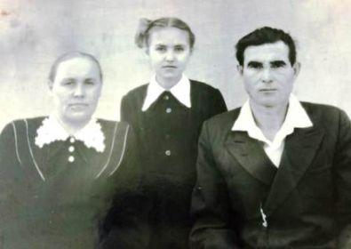 Анна и Николай Безденежных с дочерью Надеждой.