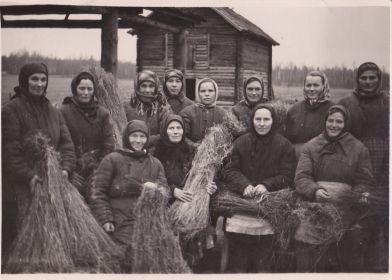 Женщины д.Таганово вяжут лен. Стоит вторая справа дочь Ирина Александровна.