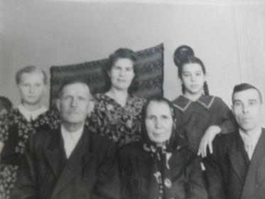 с отцом,  мужем, дочерью и племянницей