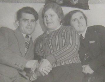 Анатолий Кириллов после окончания военного училища с материю Александрой Петровной Кирилловой и сестрой Верой.