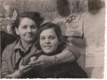 Жена Мария слева