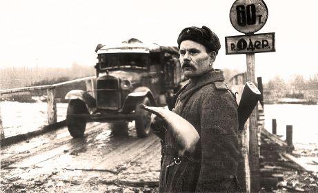 Переправа через Одер. На ней стоит регулировщик 34-го отдельного дорожно-эксплуатационного батальона 5-й гвардейской армии старший сержант Емельян Семенович Лозовой (1893 г.р.)