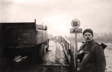 Переправа через Одер.  Регулировщик - старший сержант Емельян Семенович Лозовой (1893 г.р.)