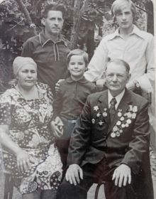 Александр Иванович с женой,зятем и внуками.